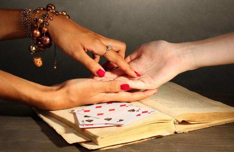 cartomante professionista che legge la mano