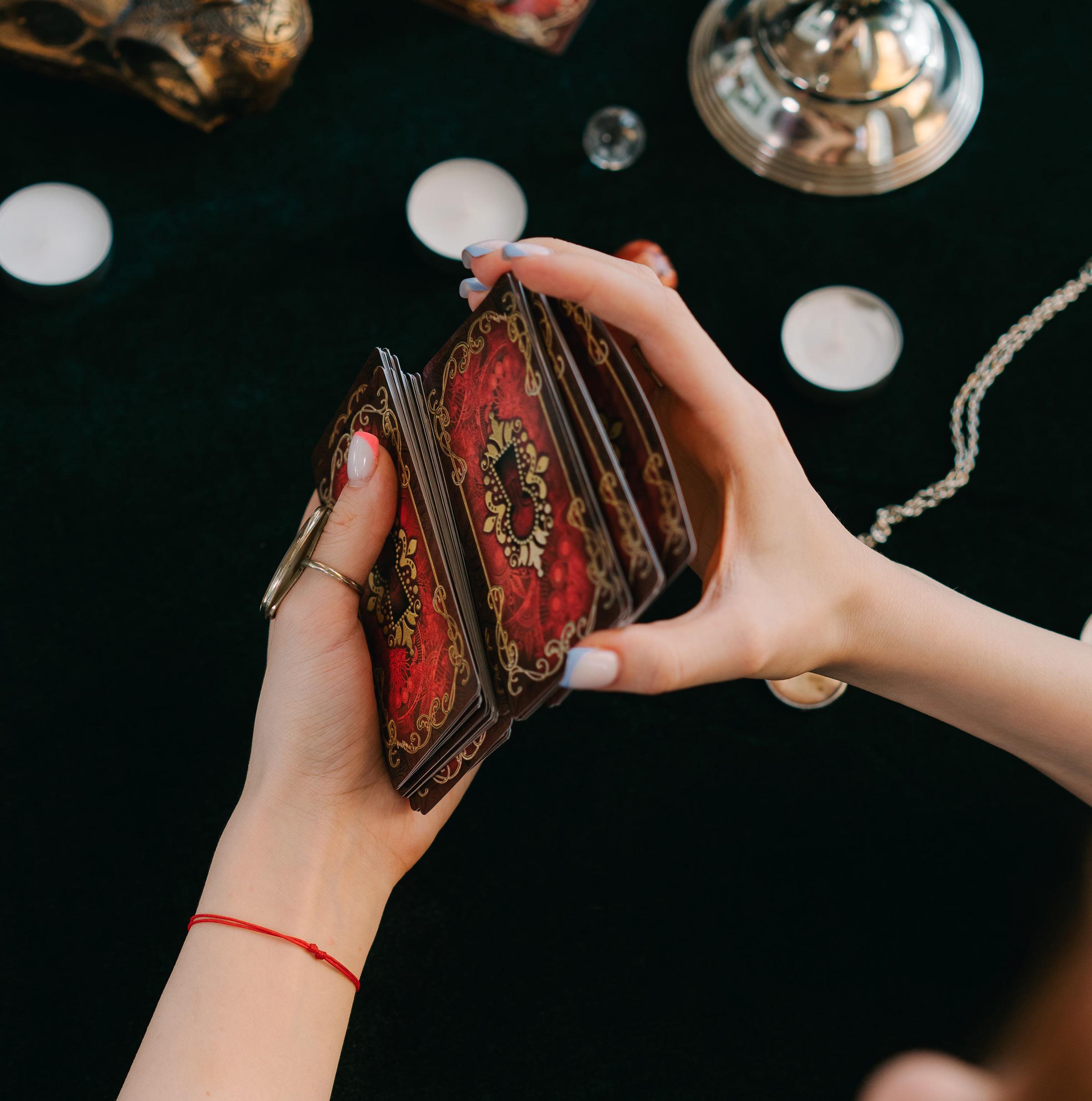 ragazza mischia le carte dei tarocchi